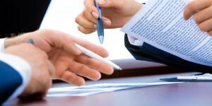 Hände mit Dokumenten