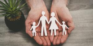 Hand hält Familie